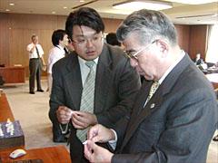 桂・前札幌市長(右)と石膏ボード用アンカー【カべッコ(R)】を説明する当社専務